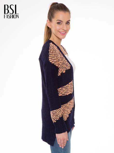 Granatowy sweter typu otwarty kardigan z ozdobnym ściegiem                                  zdj.                                  3
