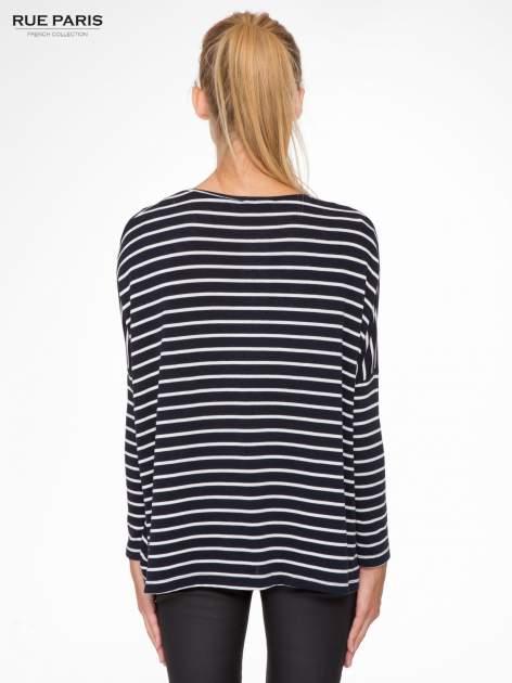 Granatowy sweter w białe paski o kroju oversize                                  zdj.                                  4