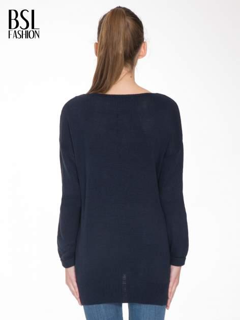 Granatowy sweter z nadrukiem WANTED i dżetami                                  zdj.                                  4