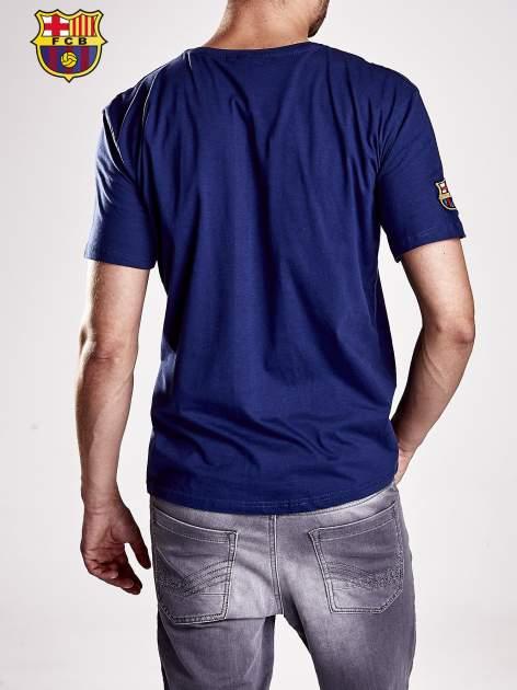 Granatowy t-shirt męski z motywem FC BARCELONA                                  zdj.                                  2
