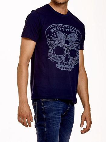 Granatowy t-shirt męski z nadrukiem czaszki i napisami                                  zdj.                                  3