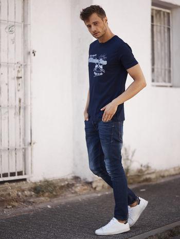 Granatowy t-shirt męski z nadrukiem napisów w sportowym stylu                                  zdj.                                  6