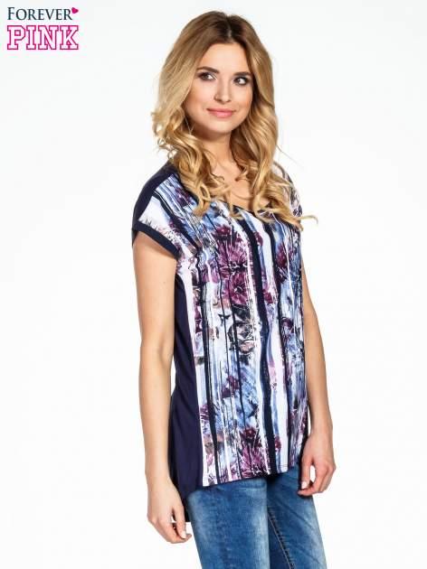 Granatowy t-shirt we wzór kwiatowy                                  zdj.                                  3