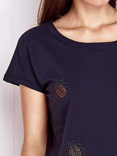Granatowy t-shirt z aplikacją owadów                                  zdj.                                  5