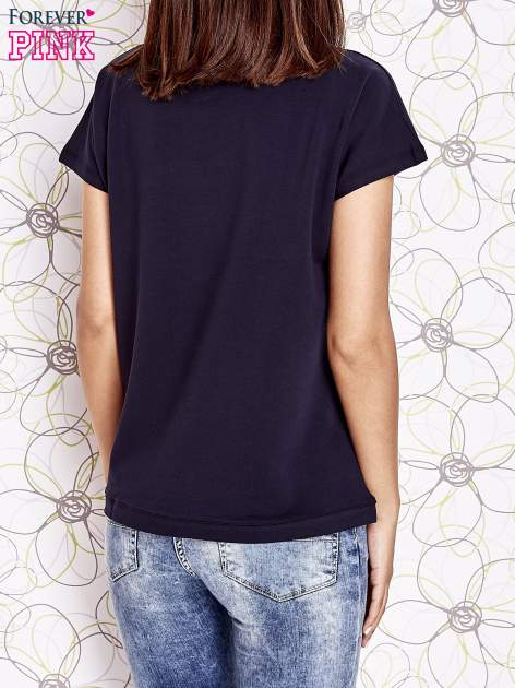 Granatowy t-shirt z aplikacją owadów                                  zdj.                                  2