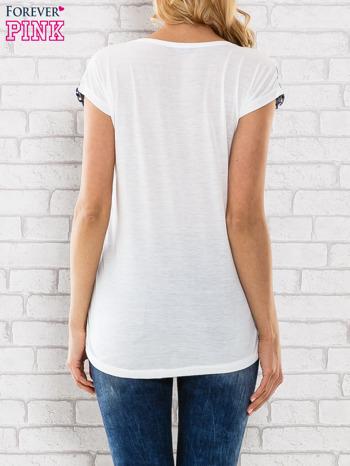Granatowy t-shirt z białym kwiatowym motywem                                  zdj.                                  4