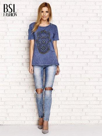 Granatowy t-shirt z egzotycznym nadrukiem dłoni i wycięciem na plecach                                  zdj.                                  4