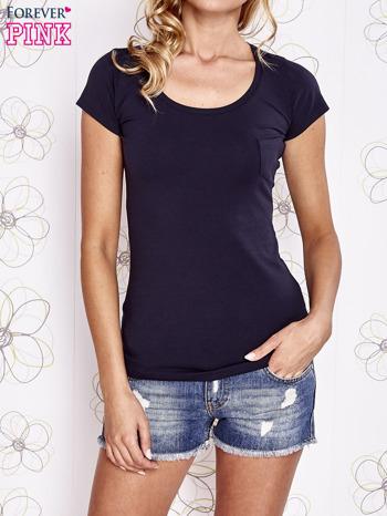 Granatowy t-shirt z kieszonką i koronkowym tyłem                                  zdj.                                  1