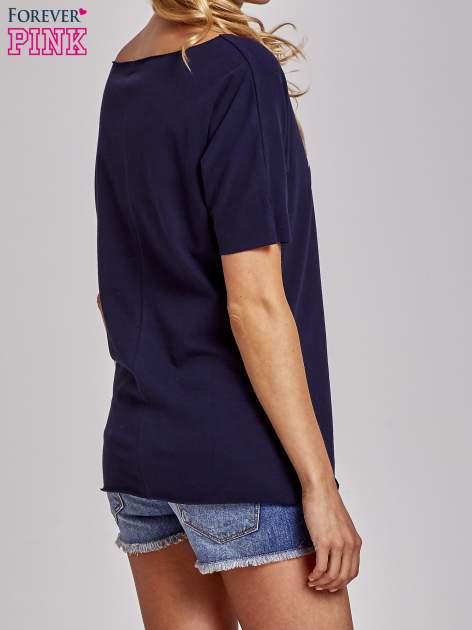 Granatowy t-shirt z motywem serce i krzyżyk                                  zdj.                                  4
