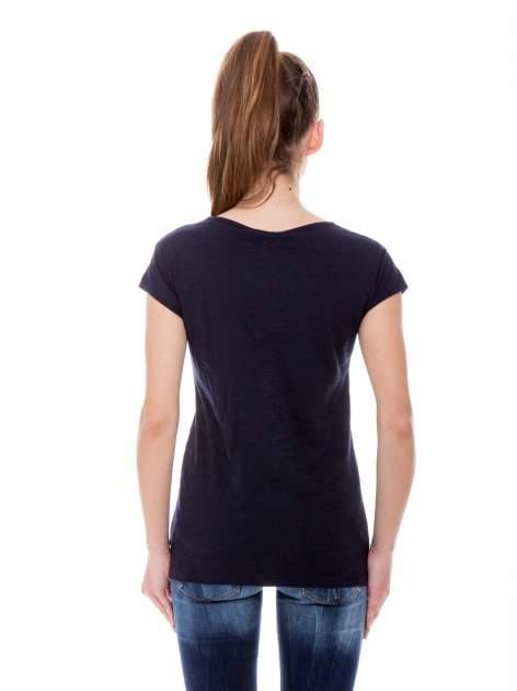 Granatowy t-shirt z nadrukiem LE MARAIS                                  zdj.                                  4