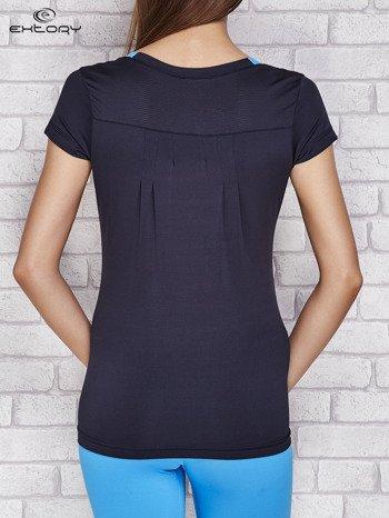 Granatowy t-shirt z nadrukiem i kieszonką                              zdj.                              2