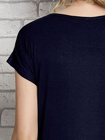 Granatowy t-shirt z napisem I AM CHOCOHOLIC BABY                                  zdj.                                  5
