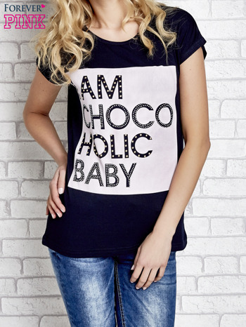 Granatowy t-shirt z napisem I AM CHOCOHOLIC BABY                                  zdj.                                  1
