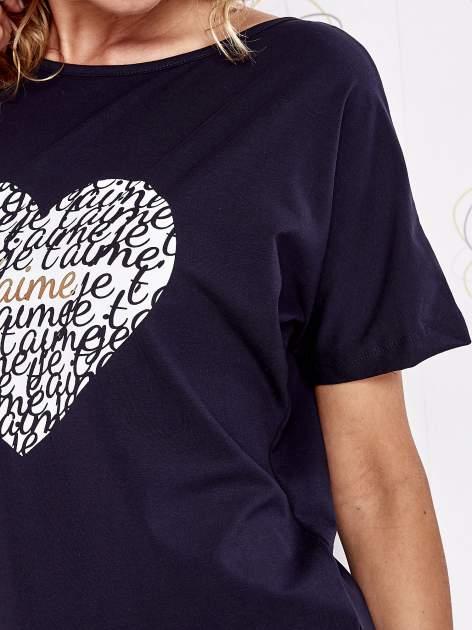 Granatowy t-shirt z napisem JE T'AIME i dekoltem na plecach                                  zdj.                                  5