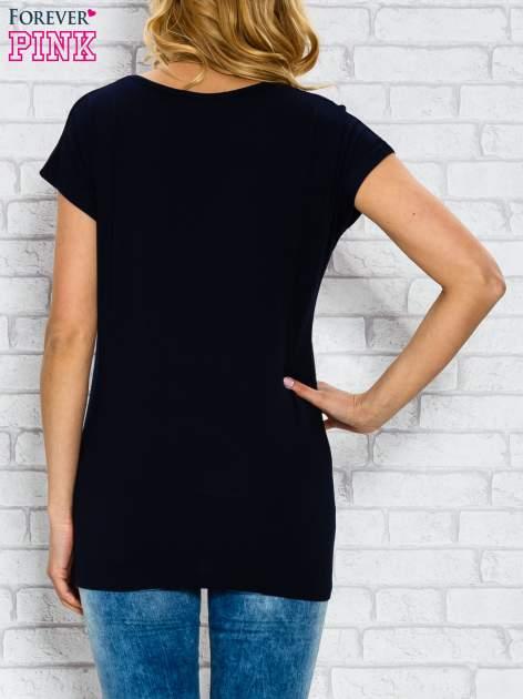 Granatowy t-shirt z napisem STYLE IS FOREVER LOVE z dżetami                                  zdj.                                  2
