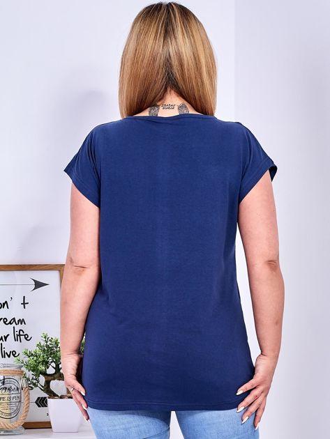 Granatowy t-shirt z napisem i motywem roślinnym PLUS SIZE                                  zdj.                                  2