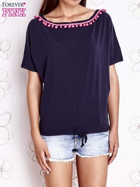 Granatowy t-shirt z różowymi pomponikami przy dekolcie