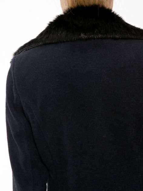 Granatowy wełniany płaszcz dwurzędowy z futrzanym kołnierzem                                  zdj.                                  10