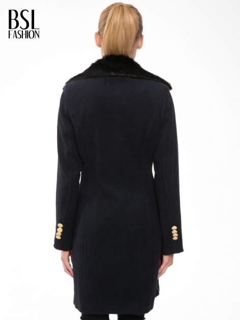 Granatowy wełniany płaszcz dwurzędowy z futrzanym kołnierzem                                  zdj.                                  4