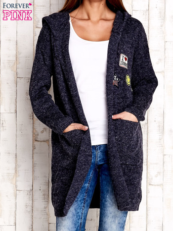 Granatowy wełniany sweter z naszywkami i kapturem
