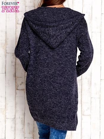 Granatowy wełniany sweter z naszywkami i kapturem                              zdj.                              4