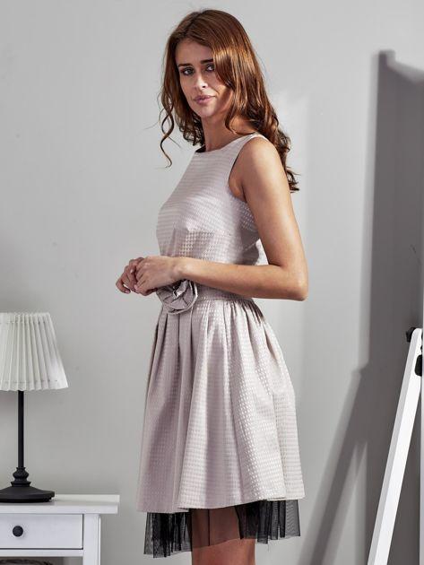 Jasnobeżowa sukienka z ozdobnym kwiatem                              zdj.                              2