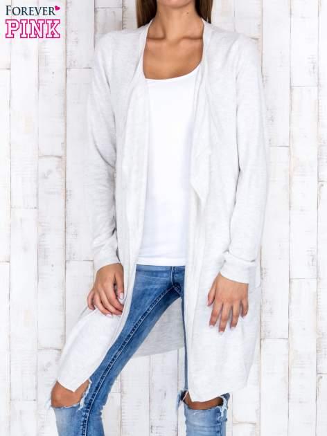 Jasnobeżowy długi niezapinany sweter z kieszeniami