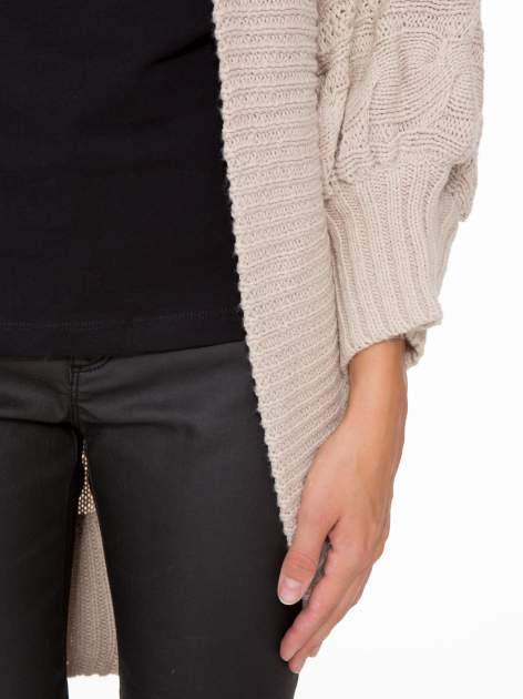 Jasnobeżowy dziergany sweter typu otwarty kardigan                                  zdj.                                  6
