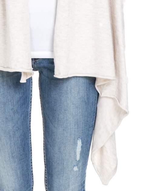 Jasnobeżowy sweter narzutka z kaskadowymi bokami                                  zdj.                                  6