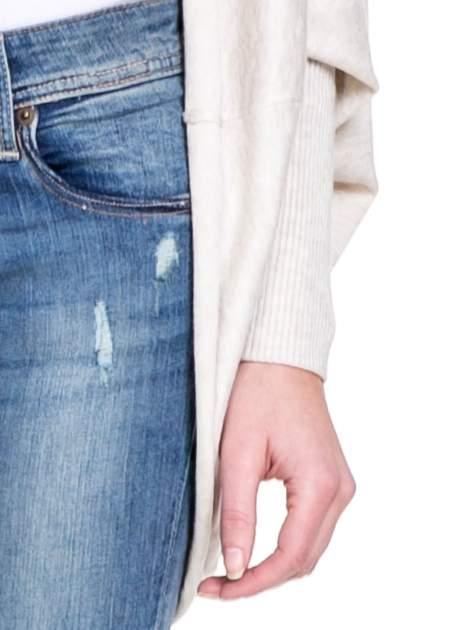 Jasnobeżowy sweter narzutka z nietoperzowymi rękawami                                  zdj.                                  6