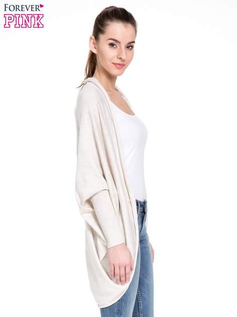 Jasnobeżowy sweter narzutka z nietoperzowymi rękawami                                  zdj.                                  3