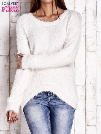 Jasnobeżowy sweter z długim włosem