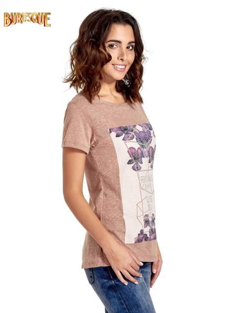 Jasnobordowy t-shirt z kwiatowym nadrukiem zdobionym dżetami                                  zdj.                                  3