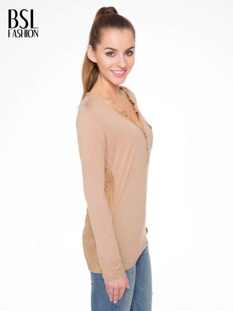 Jasnobrązowa bluzka z atłasowym obszyciem przy dekolcie i kieszonką                                  zdj.                                  2