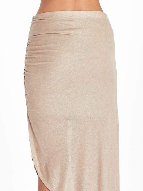 Jasnobrązowa spódnica maxi z drapowaniem i rozporkiem z boku                                   zdj.                                  10
