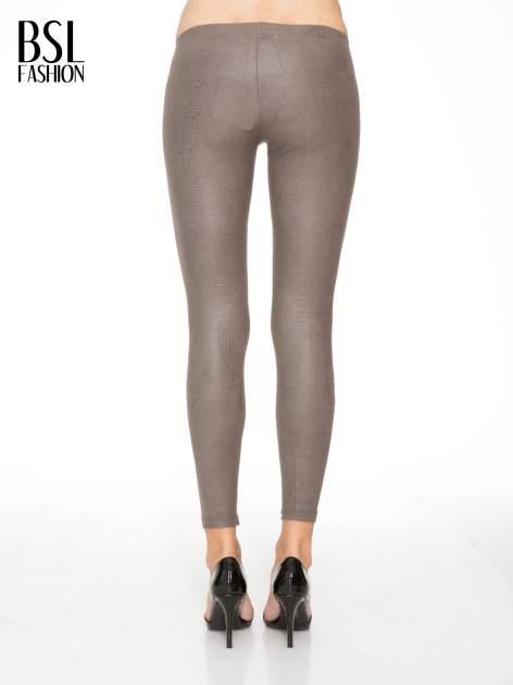Jasnobrązowe legginsy z efektem skóry krokodyla                                  zdj.                                  4