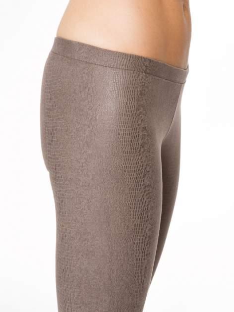 Jasnobrązowe legginsy z efektem skóry krokodyla                                  zdj.                                  7