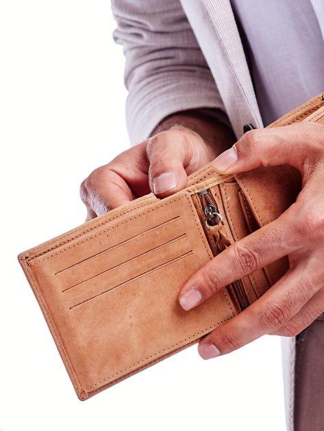 Jasnobrązowy portfel męski z tłoczonym emblematem                              zdj.                              3