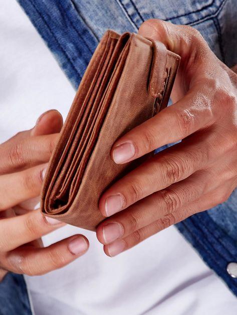 Jasnobrązowy portfel męski ze skóry zapinany na zatrzask                              zdj.                              9