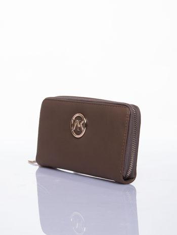 Jasnobrązowy portfel z uchwytem na rękę i złotym logiem                                  zdj.                                  2