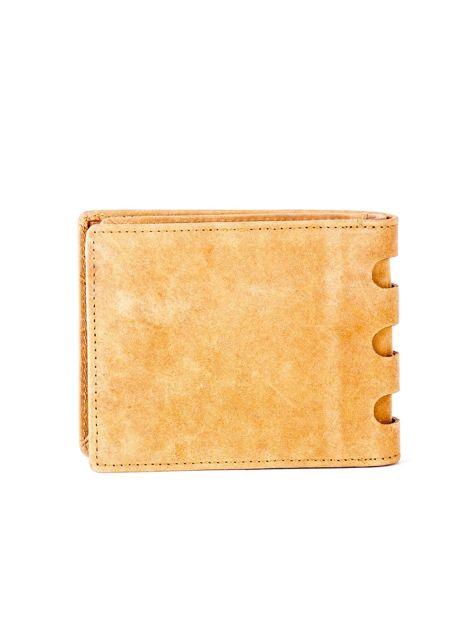 Jasnobrązowy portfel ze skóry z wycięciami                              zdj.                              2