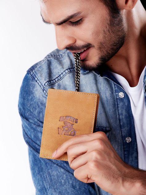 Jasnobrązowy skórzany portfel męski z przywieszką                              zdj.                              4