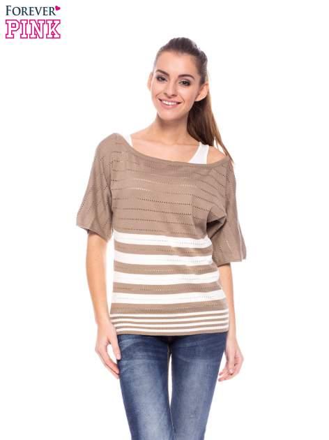 Jasnobrązowy sweter w paski z szerokim dekoltem