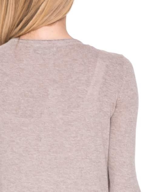 Jasnobrązowy sweterek kardigan o kaskadowym fasonie                                  zdj.                                  6
