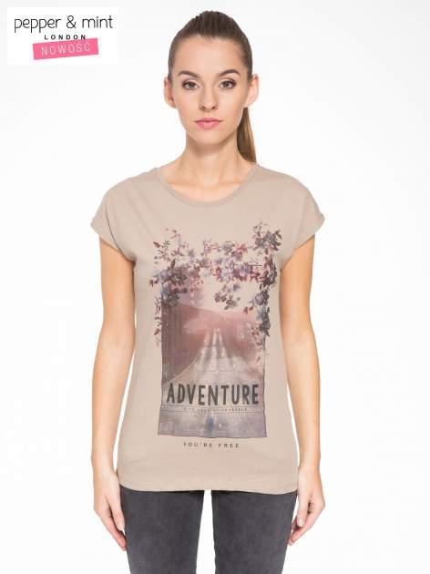 Jasnobrązowy t-shirt z fotografią drogi i napisem ADVENTURE
