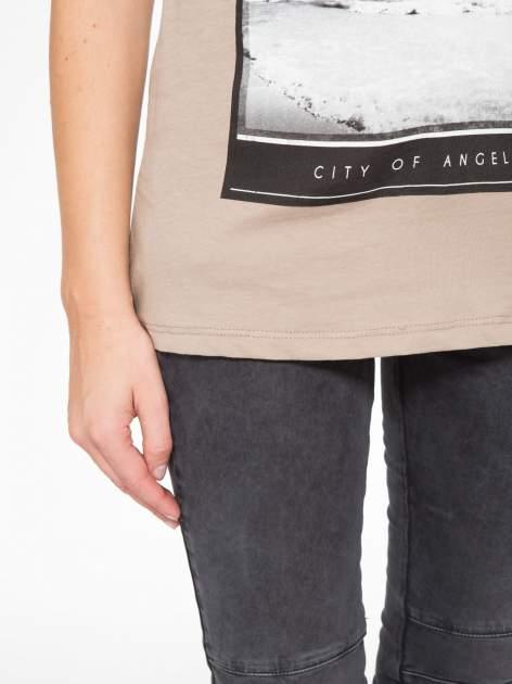 Jasnobrązowy t-shirt z nadrukiem CALIFORNIA                                  zdj.                                  7