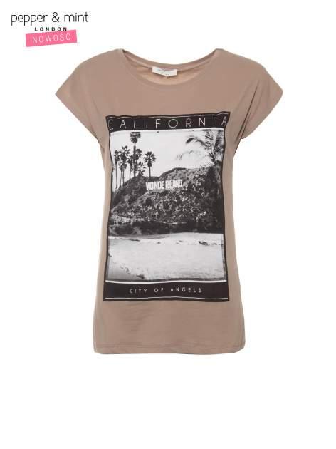 Jasnobrązowy t-shirt z nadrukiem CALIFORNIA                                  zdj.                                  2