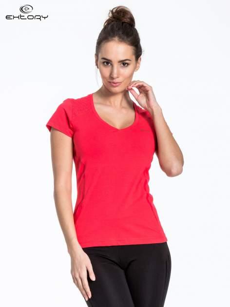 Jasnoczerwony t-shirt sportowy z pikowaną wstawką
