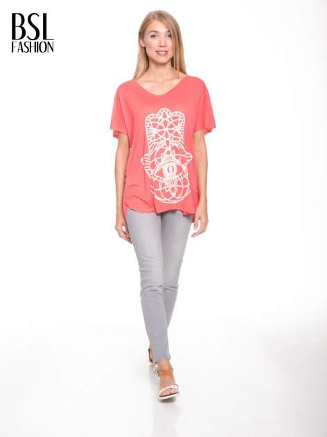 Jasnoczerwony t-shirt z ornamentowym nadrukiem                                  zdj.                                  5