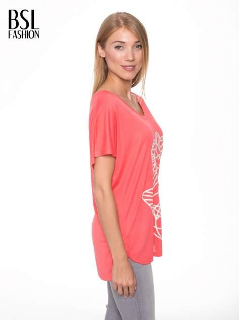Jasnoczerwony t-shirt z ornamentowym nadrukiem                                  zdj.                                  3